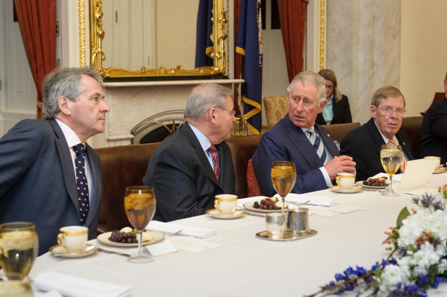 El Príncipe Carlos, Príncipe de Gales, visita el Comité de Relaciones Exteriores del Senado.