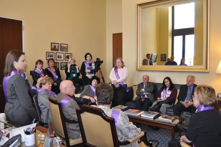 Menendez Meets With NewJerseyans to Discuss Alzheimer's Disease