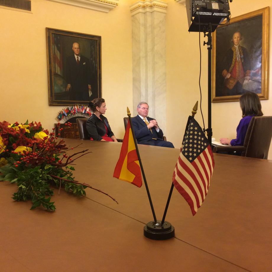 Senator Menendez unveils the portrait of Bernardo de Galvez in the Capitol.
